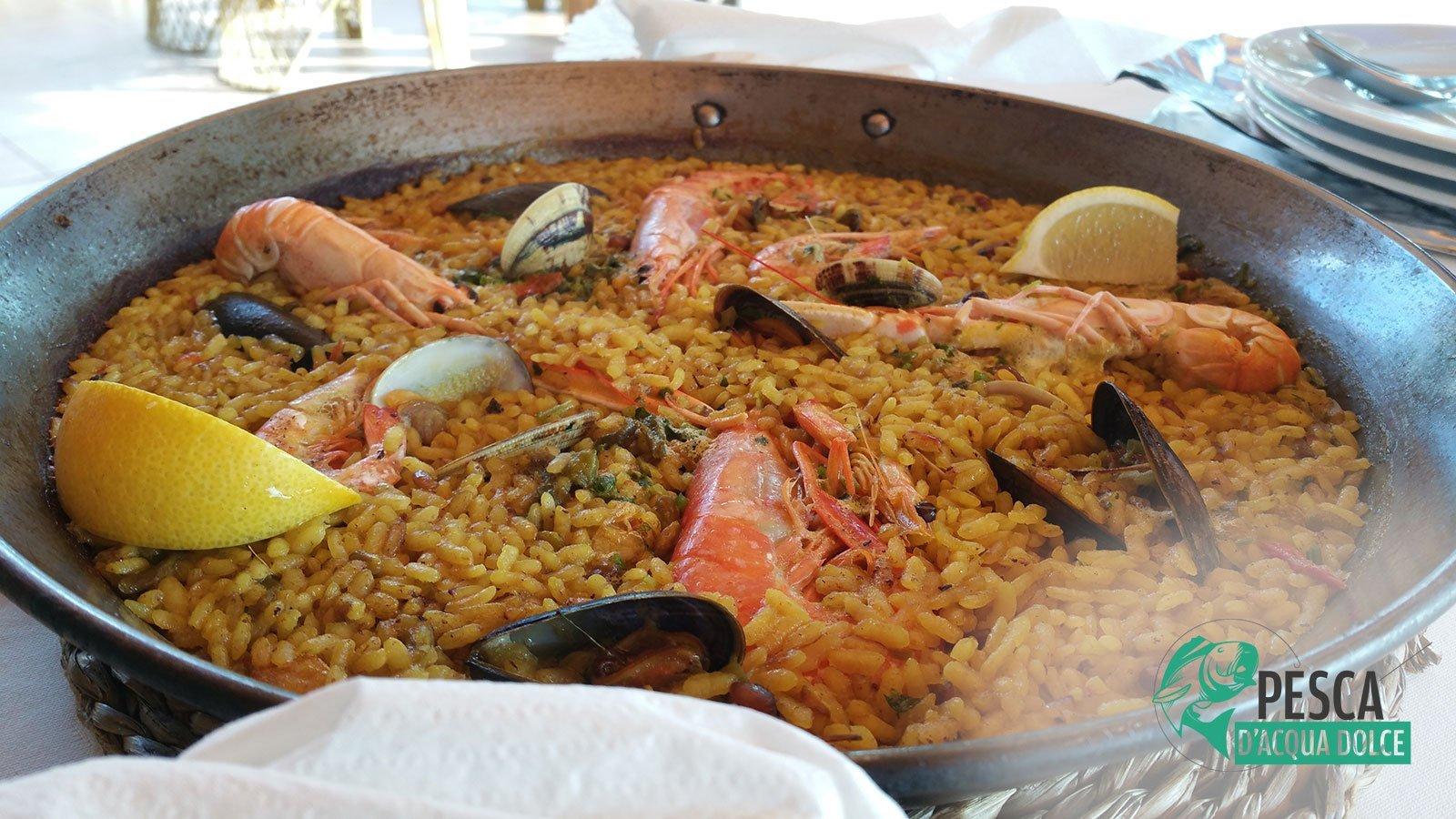 Paella andando a pesca alla spigola nel fiume Ebro